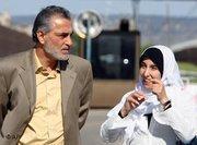 الصحفي تيسير علوني مع زوجته، الصورة: أ ب