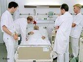 طبيب في زيارة لمريض في مستشفى ألماني، الصورة: د ب أ