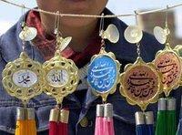 بيع لوازم للمصلين بالقرب من جامه بهاء الدين في بخارى/أوزبكستان، الصورة: أ ب