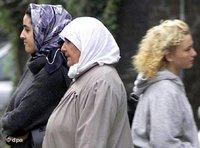 Two women with headscarf, one without (photo: dpa)