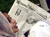 إمرأة عربية تقرأ صحيفة، الصورة: أ ب