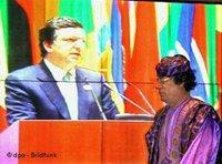 العقيد معمر القذافي ورئيس المفوضية الأوربية باروزو، الصورة: د ب أ