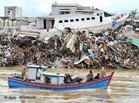 قوارب محطمة بسبب التسونامي في إندونيسيا، الصورة: د ب أ