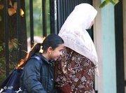 أم محجبة تمشي مع ابنتها في إحدى شوارع فرنسا: الصورة، أ ب