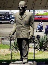 تمثال نجيب محفوظ في القاهرة، الصورة: أ ب