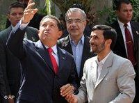 الرئيس الإيراني أحمدي نجاد ورئيس فنزويلا هوغو شافيز، الصورة: أ ب