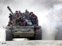 مقاتلو حركة طالبان على ظهر دبابة، الصورة: أ ب