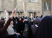 نساء من أنصار بوروجردي يتظاهرن تضمانا معه أمام بيته، الصورة: أ ب