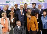 المستشارة ميركيل ووزير الداخلية شويبله وبعض المشاركين في قمة الاندماج، الصورة: أ ب