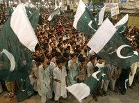 شباب يرفعون العلم الباكستاني، الصورة: أ ب