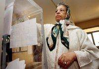 امرأة مغربية تدلي بصوتها في الانتخابات في السابع من أيلول سبتمبر/أيلول 2007