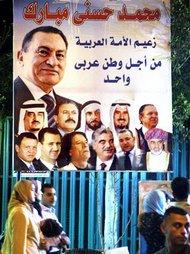 Hosni Mubarak on an election campaing poster in Cairo (photo: AP)