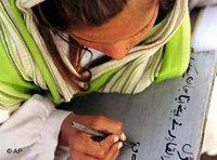 طفلة باكستانية تتعلم الكتابة؛ الصورة: أ ب