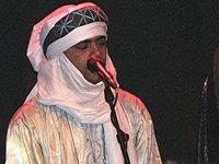 عبد الله آغ الحسيني، عازف الغيتار في الفرقة؛ الصورة: نعيمة الموسوي