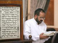 أحد اليهود الإيرانيين في كنيس في طهران، الصورة: د.ب.ا