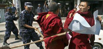 قمع رجال الأمن الصينيين للمتظاهرين التبتيين، الصورة: أ.ب