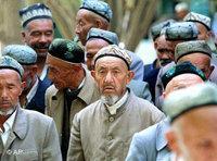 مسلمون ويغوريون أثناء توجههم للًصلاة في أحد المساجد في بكين، الصورة: أ.ب