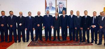 الرئيس الفلسطيني مع أعضاء حكومة الوحدة الوطنية، الصورة: أ.ب