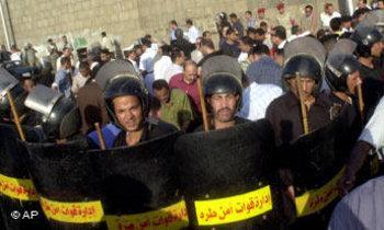 شرطيون مصريون يحيطون بمتظاهرين في القاهرة، الصورة: أ.ب