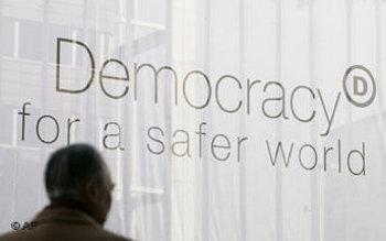 شعار عالم آمن بوجود الديمقراطية، الصورة: أ.ب