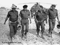 شارون في صحبة عدد من  الجنرالات الإسرائيليين