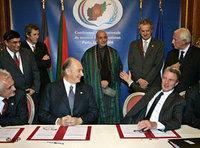توقيع اتفاقيات تعاون مع أفغانستان في مؤتمر باريس، الصورة: أ.ب