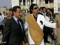الزعيم الليبي معمر القذافي والرئيس الفرنسي نيكولا ساركوزي، الصورة: أ.ب