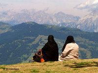 سيدتان على قمم أحد الجبال، الصورة: بيلدربوكس