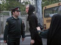 شرطي إيراني يؤنب إيرانية بسبب زيها، الصورة: ميهر