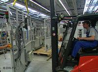 أحد العاملين في احد المصانع