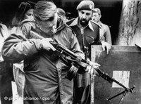 بريجنسكي في معاينة  أحد البنادق في باكستان، عام 1980، الصورة: د.ب.ا