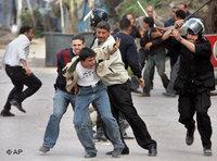مواطن قبطي مصري يتعرض للضرب من قبل أفراد من الشرطة باللباسين الرسمي والعادي في شارع كنيسة مكسيموس بالاسكندرية. الصورة. أب