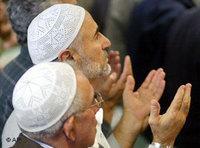 مسلمون يدعون الله