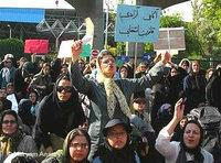 ناشطات إيرانيات في مظاهرة ضد قوانين مجحفة بحق المرأة