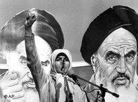 طالبة إيرانية في كنف صورة للخميني عام 1979، الصورة: ا.ب
