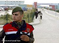 شرطي تركي يقوم بأعمال الحراسة قبالة سجن سيقيري في اسطنبول، الصورة: د.ب.ا