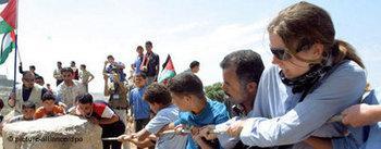 صورة رمزية للعمل المشترك بيم إسرائيليين وفلسطينيين، الصورة: د.ب.ا