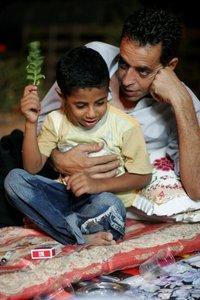 الخطيب مع أبنه احمد الذي قتل برصاص الجنود الإسرائليين