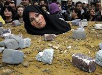 صورة رمزية للرجم،الصورة: ا.ب،  احتجاجات واسعة ضد ذلك في إيران من قبل ناشطي حقوق الإنسان