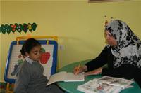 معلمة في المركز، الصورة: مهند حامد