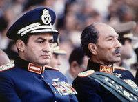 مبارك إلى جانب السادات...
