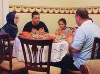 أجواء عائلية خاصة في رمضان تسود العالم الإسلامي