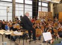 العازفون يتدربون مع المايسترو في قاعة الأوبرا البرلينية
