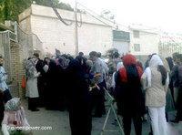 عوائل المعتقلين في سجن إيفين في طهران، الصورة أ ب