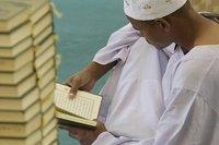 رجل يقرأ القرآن في أحد مساجد القاهرة، الصورة د ب ا