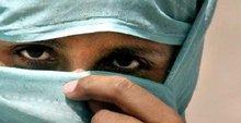 التفسير السعودي للشريعة الإسلامية  يمنع المرأة من لقاء الرجال من غير الأقارب، الصورة د ب ا