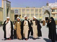 رجال دين في قم، الصورة: د.ب.ا
