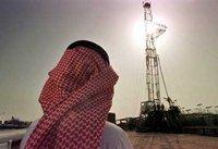 سعودي أمام أحد حقول النفط