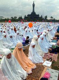 مسلمات يصلين في جاكرتا، الصورة: ا.ب