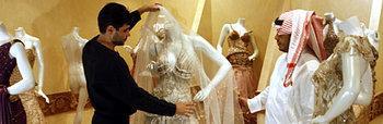 سعودي يبحث عن فستان لعروسه، الصورة: ا.ب